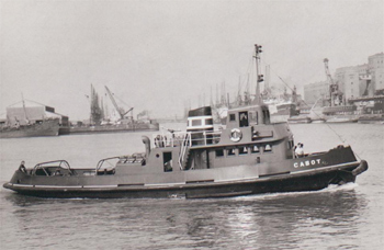 #528 - Remorqueur construit en 1952. Équipé pour la lutte contre les incendies (on aperçoit sa lance-canon à l'arrière de la cheminée). Vendu en 1974 et démantelé en 1995. Photographie Bristol Archives: 40826/DOC/38 - 1955