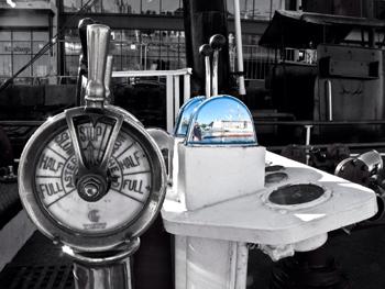 #530 - En service à Bristol de 1934 à 1973. Long de 17 mètres, capacité hydraulique de 5 000 l/min. Le poste de commandes et le télégraphe, situé près de la barre, permettant de donner des ordres de marche à la salle des machines. Photographie Julie PRING - 2014