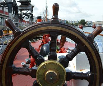 #533 - En service à Bristol de 1934 à 1973. Long de 17 mètres, capacité hydraulique de 5 000 l/min. La barre. En arrière-plan des grues qui témoignent du passé industriel et commercial des docks du centre-ville.  Photographie Dan POPE - 2014