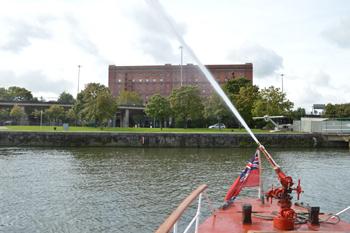 #534 - En service à Bristol de 1934 à 1973. Long de 17 mètres, capacité hydraulique de 5 000 l/min. La lance-canon du pont-arrière en fonctionnement. Photographie Dan POPE - 2014