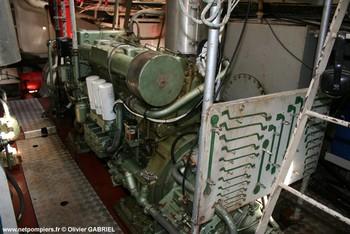 #62 - Mis en service en 1952. Son nom est celui d'un officier des sapeurs-pompiers de Bordeaux mort au feu en 1845. 21,10 mètres de long sur 4,75 de large. Déplacement de 85 tonnes. Deux moteurs de  250 CV. Vitesse de 12 nœuds. Deux pompes de 1 000 m3/h à 6 bar en parallèle et 546 m3/h à 12 bar en série. 4 lances Monitor dont une sur tourelle repliable. Retiré du service en Octobre 2005 Photographie Olivier GABRIEL - 2009