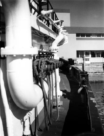 #312 - Ancien remorqueur portuaire de la Marine américaine Hoga. En service à Oakland de 1948 à 1996. Vue du collecteur et des sorties de refoulements à tribord. Photographie James P. DELGADO - 1988