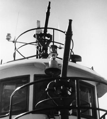 #313 - Ancien remorqueur portuaire de la Marine américaine Hoga. En service à Oakland de 1948 à 1996. Vue des deux lances canons à l'avant du navire. Photographie James P. DELGADO - 1988