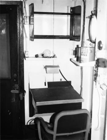 #314 - Ancien remorqueur portuaire de la Marine américaine Hoga. En service à Oakland de 1948 à 1996. Vue de l'intérieur de la cabine de l'officier commandant le bateau-pompe. Photographie James P. DELGADO - 1988