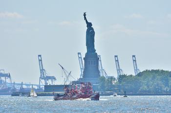 #394 - Bateau-pompe en service à New York de 1931 à 1994. Conservé aujourd'hui par Save Our Ships New York. . Le navire a été repeint ici par l'artiste Tauba Auerbach dans le cadre d'une exhibition temporaire en 2018-2019 pour commémorer le centenaire de l'armistice de la Première guerre mondiale. Des mini-croisières étaient organisées pour la plus grand plaisir des new-yorkais et des touristes ! Et quelle vue sur la Statue de la Liberté ! Photographie gigi_nyc - 2019