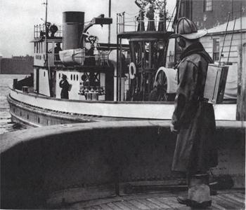#395 - Essais de radiocommunication entre deux bateaux-pompes dont le John J. Harvey en arrière plan, en service à New York de 1931 à 1994. Photographie Collection John LANDERS & Beth KLEIN