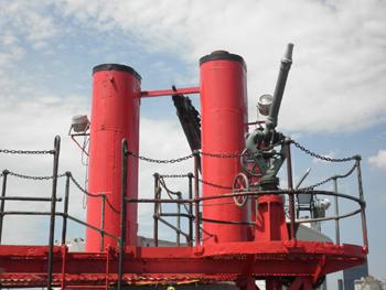 #396 - Bateau-pompe en service à New York de 1931 à 1994. Conservé aujourd'hui par Save Our Ships New York. Vue des deux cheminées qui ont été installation lors de la remotorisation du bateau-pompe en 1957. Ses moteurs à essence avaient été remplacés par des moteurs diésels. Photographie gigi_nyc - 2012