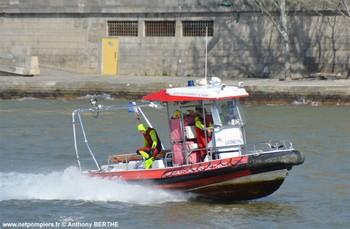 #144 - Embarcation de secours et d'assiatance aux victimes (ESAV1) armée par les sapeurs-pompiers de Paris. Réalisée à partir de la base polyvalente Stem Jet 7.30 longue de 7.50 mètres et large de 2.70 mètres. 0.50 mètre de tirant d'eau. Propulsion de type hydrojet.  Equipée d'in kit de sauvetage.Un brancard peut être chargé par l'arrière à fleur d'eau grâce à une glissière rabattable. Concernant son nom de baptême :  La Dhuys est une rivière sous-affluente de la Seine. Les sapeurs-pompiers de la Gironde ou encore les unités de la Sécurité civile ont opté pour une embarcation analogue. Photographie réalisée lors d'un exercice sur la Seine   Photographie Anthony BERTHE - 2017