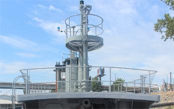 #272 - Remorqueur de l'US Navy de 1941 à 1948 puis bateau-pompe du port d'Oakland de 1948 à 1993. Exposé aujourd'hui à l'Arkansas Inland Maritime Museum à North Little Rock (US, Arkansas). Vue de l'une des trois lances canons ajoutés en 1948. Photographie Boncrechief - 2009