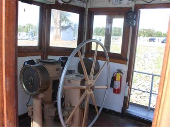 #275 - Remorqueur de l'US Navy de 1941 à 1948 puis bateau-pompe du port d'Oakland de 1948 à 1993. Exposé aujourd'hui à l'Arkansas Inland Maritime Museum à North Little Rock (US, Arkansas). Le poste de pilotage et la barre. Photographie Boncrechief - 2009