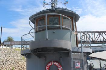#276 - Remorqueur de l'US Navy de 1941 à 1948 puis bateau-pompe du port d'Oakland de 1948 à 1993. Exposé aujourd'hui à l'Arkansas Inland Maritime Museum à North Little Rock (US, Arkansas). Vue extérieure du poste de pilotage. Photographie Boncrechief - 2009