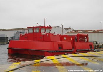 #102 - Destiné à protéger les dépôts militaires d'hydrocarbures de Missiessy et du Lazaret. La barge d'intervention de rade (BIR), la première de la Marine nationale,  mise en service à Toulon  en décembre 2010, jauge 50 tonnes et fournit une capacité de 1200 m3/heure à 14 bar de pression grâce à ses trois pompes alimentées par trois moteurs diesel. Ces pompes alimentent à leur tour trois collecteurs pouvant chacun alimenter 12 sorties de refoulement DN110. Une cuve de 4 000 litres de liquide émulseur permet la production d'un très important volume de mousse. Son encombrement est de 12x8 mètres Photographie Mickaël MONTOIS - 2011