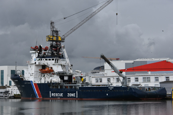 #237 - Construit en 1985 pour l'armateur Solstad qui l'a baptisé Normand Jarl et l'a utilisé comme remorqueur ravitailleur releveur d'ancres. Vendu en 2015 à l'armateur Seaowl qui l'a rebaptisé et l'a affecté à Lorient en tant que bâtiment de soutien, d'assistance et de dépollution (BSAD) . Remplacé en 2020 par le Sapeur du même armateur. Le VN Sapeur a été vendu à un armateur de Hong Konk qui l'a rebaptisé Thanos et qui est aujourd'hui utilisé comme remorqueur de haute mer. Long de 75 mètres. Propulsé par deux moteurs diesel Wärtsilä de 6 000 kw chacun. Propulseurs d'étrave. Équipement anti-incendie. Porte sur sa coque les trois bandes caractéristiques de l'Action de l'État en mer. Photographie Christophe DEDIEU - 2019