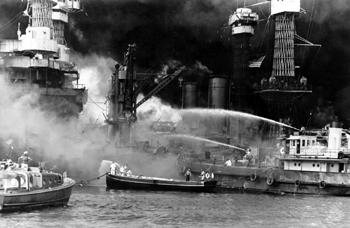 #296 - Le Hoga, remorqueur de la Marine américaine, lutte contre l'incendie du Cuirassé West Virginia lors de l'attaque de Pearl Harbor en décembre 1941. Ce dernier a été touché par sept torpilles japonaises lors de la première vague aérienne. Il sera remis en service 31 mois après l'attaque. Photographie Library of Congress - FSA/OWI Collection - 1941
