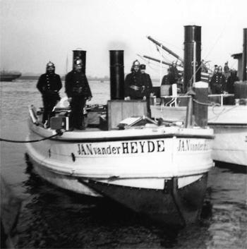 #473 - Bateau-pompe Jan van der Heyde, Bateau-pompe à vapeur en service à Amsterdam de 1875 à 1930. Long de 15 mètres. Capacité hydraulique de 4 000 l/min. Remarquer la lame métallique installée à l'avant permettant au navire de naviguer l'hiver et d'être utilisé comme brise-glace. En arrière-plan le bateau-pompe Jason, premier du nom, lui aussi à vapeur et mis en service en 1904. Photographie