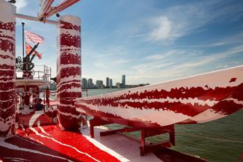 #324 - Bateau-pompe en service à New York de 1931 à 1994. Conservé aujourd'hui par Save Our Ships New York. Le navire a été repeint ici par l'artiste Tauba Auerbach dans le cadre d'une exhibition temporaire en 2018-2019 pour commémorer le centenaire de l'armistice de la Première guerre mondiale. Photographie Nicolas KNIGHT / Public Art Fund - 2018