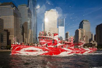 #325 - Bateau-pompe en service à New York de 1931 à 1994. Conservé aujourd'hui par Save Our Ships New York. Le navire a été repeint ici par l'artiste Tauba Auerbach dans le cadre d'une exhibition temporaire en 2018-2019 pour commémorer le centenaire de l'armistice de la Première guerre mondiale. Des mini-croisières étaient organisées pour la plus grand plaisir des new-yorkais et des touristes ! Photographie Nicolas KNIGHT / Public Art Fund - 2018