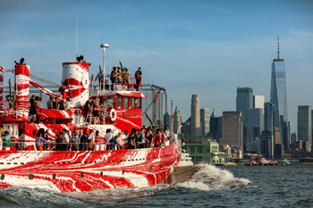 le bateau-pompe et ses ponts encombrés de passagers !