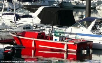 #90 - Petit bateau-pompe dont les missions sont la lutte incendie, le remorquage et secours aux plaisanciers en panne. Utilisé pour ramener à flanc les bateaux en panne sur le bassin jusqu'à leur anneau au port. Est équipé d'une lance sur affût Desautel Photographie Vincent JURIENS - 2008