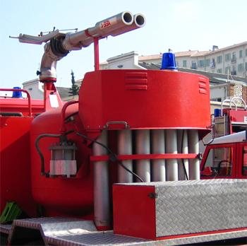 Réservoir, lance sur tourelle et bouteilles de CO2 du poudre grande puissance PGP des marins-pompiers de Marseille