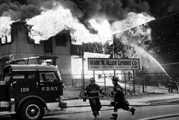 Le fourgon-pompe de la 156ème compagnie à Staten Island au cours de l'incendie d'avril 1963